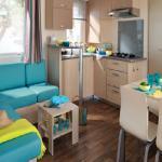 """Intérieur d'un mobil-home 2 chambres \""""Confort +"""" pour vos vacances en Côte d'Opale"""